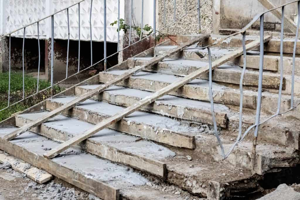 Old concrete steps gets repaired