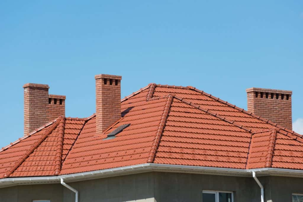 Roof with sealed concrete tiles